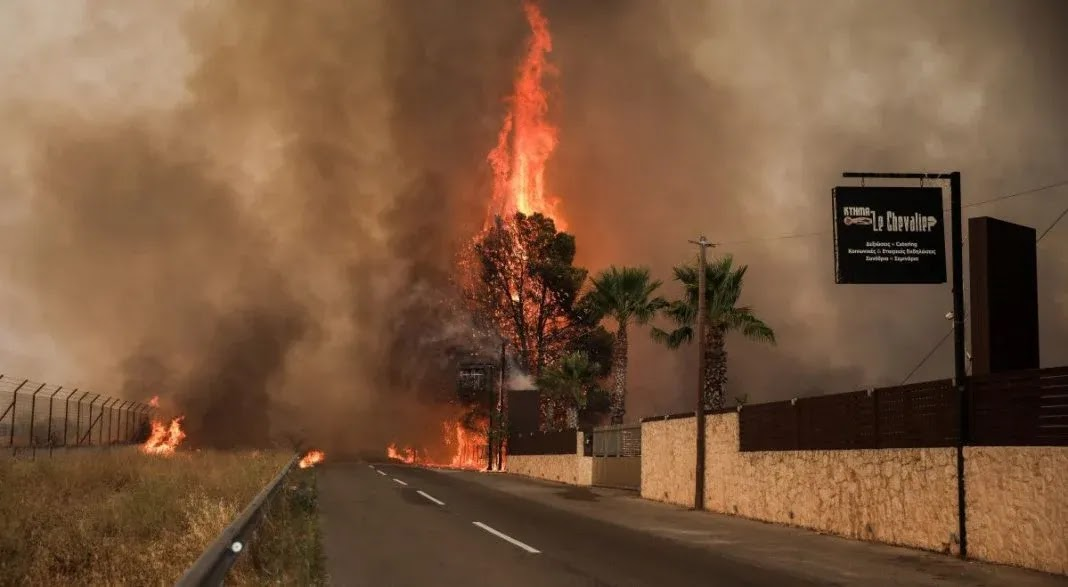Kαίγονται σπίτια σε Βαρυμπόμπη και Αδάμες –   Εκκενώνονται οι Θρακομακεδόνες (video)