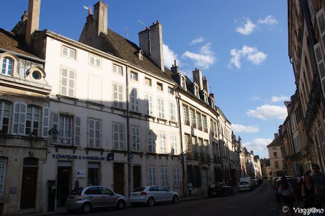 Una delle vie di Beaune in Borgogna