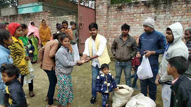 Siddharth%2BRajbhar मा. सिद्धार्थ राजभर ने गरीब परिवार के छोटे-छोटे बच्चों को ब्रेड व बिस्किट बांटकर मनाया क्रिसमस डे