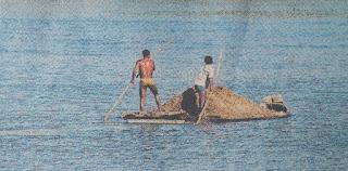 नर्मदा नदी से दिनदहाड़े निकाली जा रही है रेत हो रहा अवैध उत्खनन