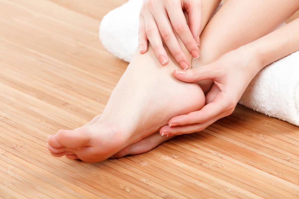 A meia e o calçado, ao abafarem os pés, acabam intensificando o odor desagradável