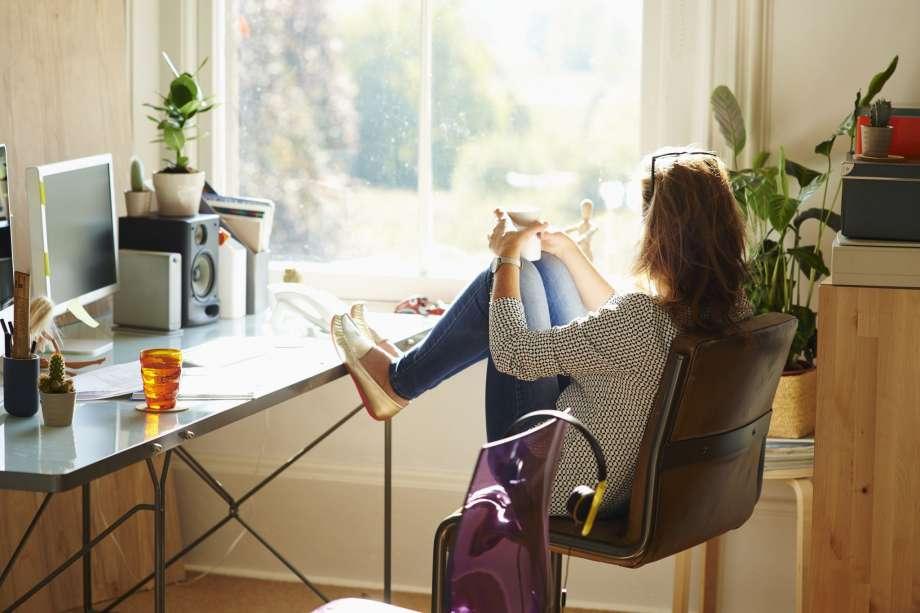 ganhar-dinheiro-na-internet-mulher-em-casa