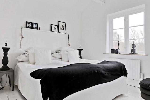 Casa scandinava in bianco e nero con una favolosa serra