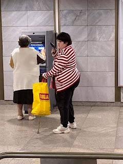 Mujer protege a madre que saca dinero del cajero con una pistola