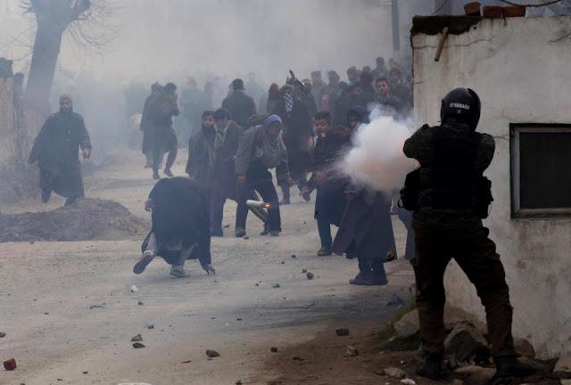 कश्मीर में 40 सरकारी कर्मचारी बर्खास्त