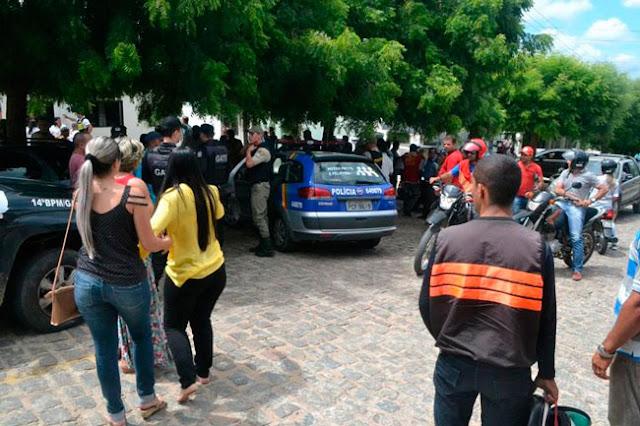 Populares em frente ao consultório - Fotos: Alejandro Garcia