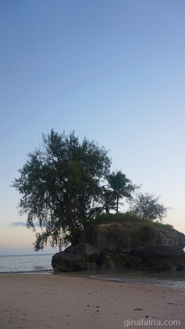 Wisata Ke Pantai Batu Kora, Tanggul