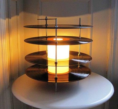 Lampu meja terbuat dari piringan hitam (vinyl record).
