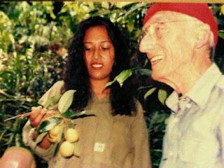 Jacques Yves Cousteau bersama dengan Mien Alwi saat mengunjungi Perkebunan pala di Banda Neira