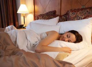 Jika anda termasuk orang yang terbiasa tidur dengan lampu menyala Biasakan Tidur Dalam Keadaan Gelap