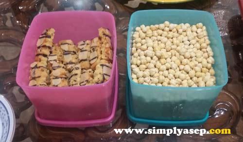 KUE KERING DAN KACANG :  Yang sebelah kiri mirip biskuit, juga mirip kue kering , dan ada kacang Almondnya.  Sebelah kanan adalah kacang apa namanya miirp pulis rsanya agak tawar gurih gitu. Foto Asep Haryono