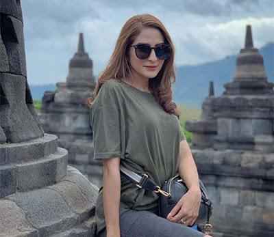 Shirin Safira di Candi Borobudur