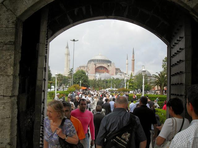 saliendo de la mezquita azul