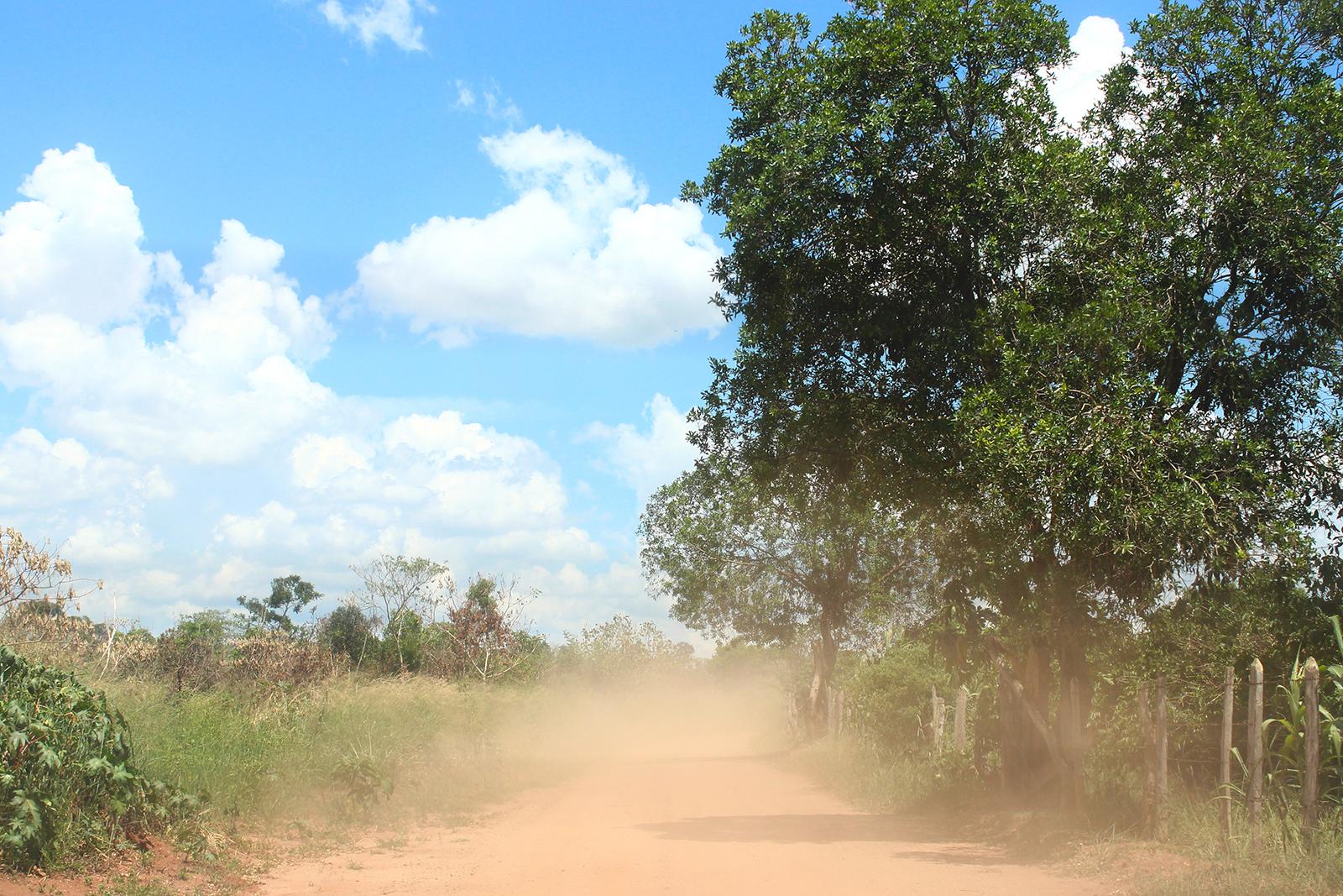 poeira subindo na estrada terra