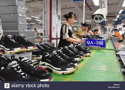 Pabrik Sneakers Triple S di China