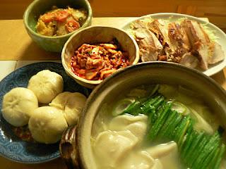 夕食の献立 白湯ニラ餃子鍋 酢焼き鶏 ザーサイ炒め ミニ肉まん