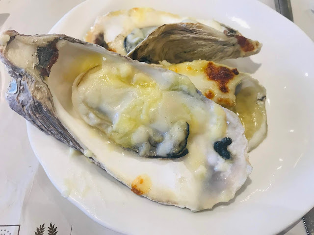 Oysters baked with garlic and cheese