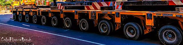 Foto de una base de maquinaria con once ruedas.
