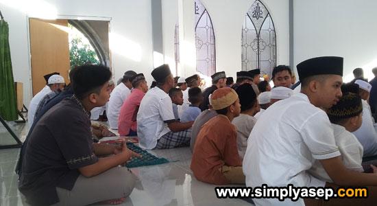 DI DALAM MASJID: Jamaah memenuhi bagian dalam Masjid Babussalam Duta Bandara Kubu Raya Rabu (5 Juni 2019) atau 1 Syawal 1440 Hijriah. Pada Tahun sebelumnya di gelar di halaman atau Plaza Masjid.  Foto Asep Haryono