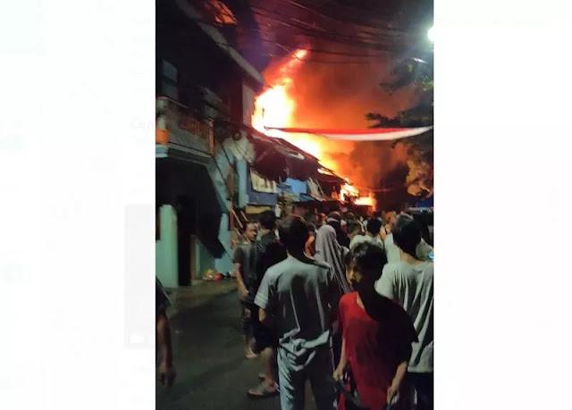 Kebakaran Di Petamburan Hanguskan 7 Kios dan 5 Rumah, 100 Warga Mengungsi