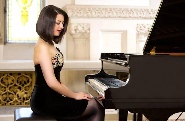 Alexandra Dariescu (Photo Adrian Stoicoviciu)