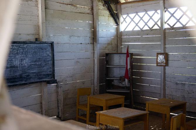 Bangku-bangku kosong di dalam kelas Replika Sekolah Laskar Pelangi