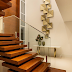 Escada interna flutuante com estrutura e degraus em madeira cumaru!