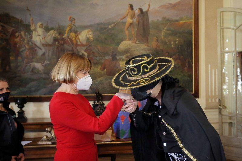 Evelyn Matthei conoció la identidad del Zorro de Providencia