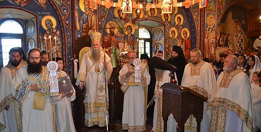 Митрополит Јоаникије: Отворите срца у цркви, а не мобилне телефоне!