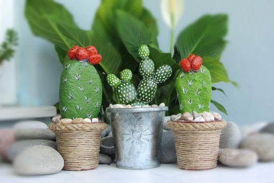 ديكور نبات الصبار مصنوع بالحجارة و بعض الحصى