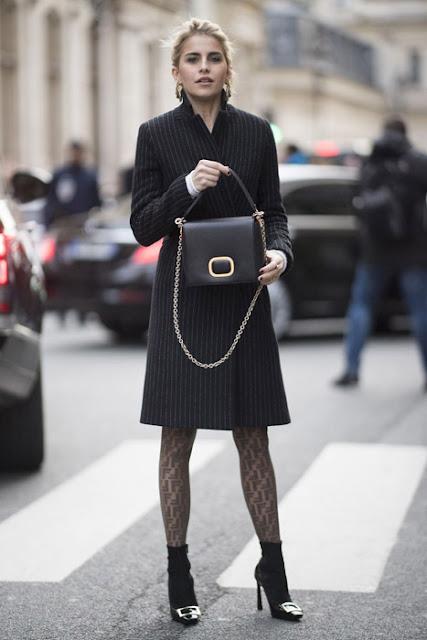 Ажурные колготки с минималистским пальто