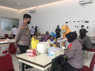 Kapolres AKBP Kadarislam Cek Percepatan Vaksinasi di Gerai Vaksin Keliling Polres Pelabuhan Makassar