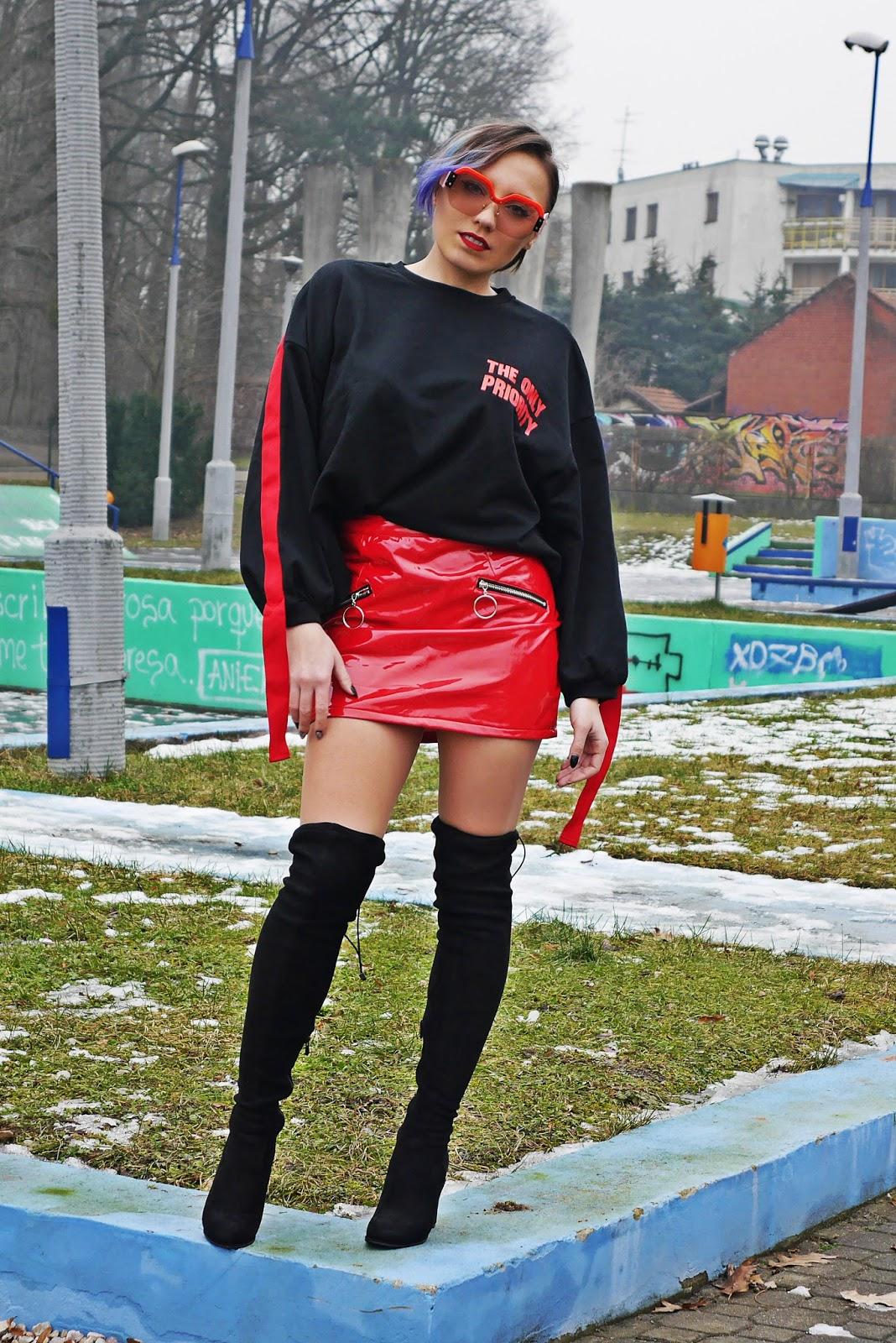 2_bluza_czarna_nadruk_spodnica_lakierowana_kozaki_renee_karyn_blog_modowy_280118as