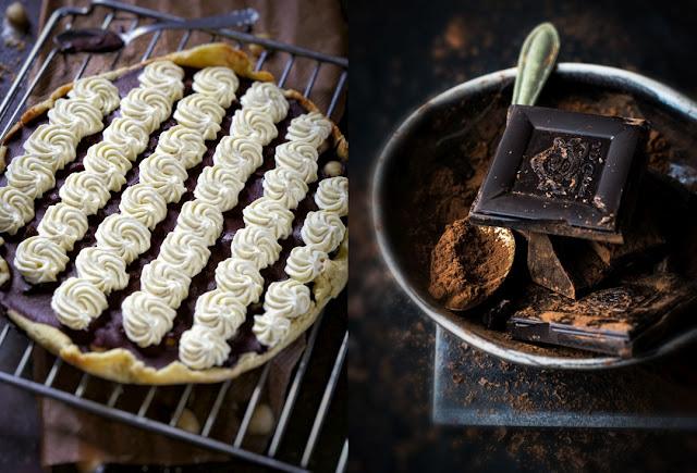 Schokoladentarte mit Macadamia-Nüssen und weißer Schokoladenmousse.