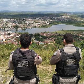 Foragido da Justiça dá nome falso a policiais, mas acaba preso por roubo em Alagoa Grande