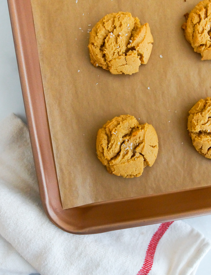 Easy Flourless Peanut Butter Cookies recipe - only 6 ingredients