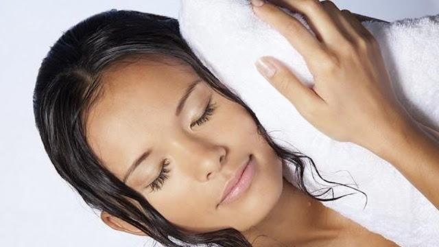 Es tan malo dormir con el pelo mojado?