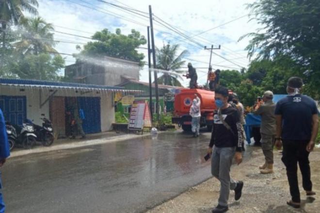 Ada PDP Corona, Satgas Semprot Disinfektan di Jalan Sungai Musi Watampone