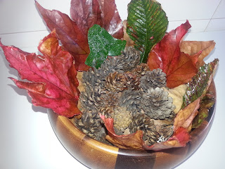 centro-mesa-hojas-piñas-diy