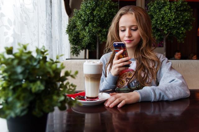 Cewek Cantik Mengecek Smartphone
