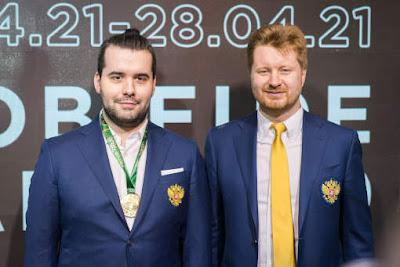 Ian Nepomniachtchi et son secondant Vladimir Potkin pendant la cérémonie de cloture du tournoi des candidats - Photo © Lennart Ootes / FIDE