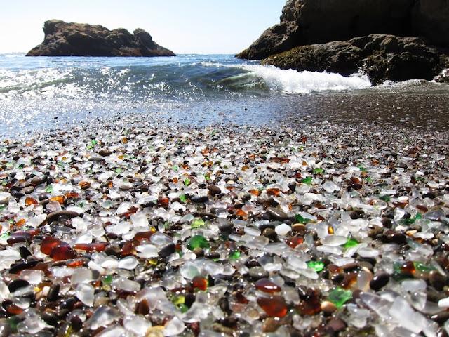 Praia cheia de vidros