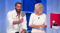 Can Yaman da Maria De Filippi, qualcosa va storto durante la sorpresa a C'è posta per te. I fan: «Non è possibile»