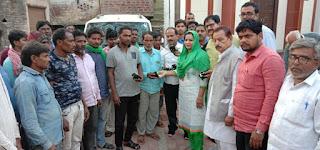 जौनपुर : नगर पंचायत अध्यक्ष ने बांटे मास्क, साबुन, सेनिटाइजर