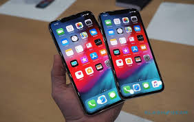 Apple iPhone XS and iPhone XS Max : Battery and Display