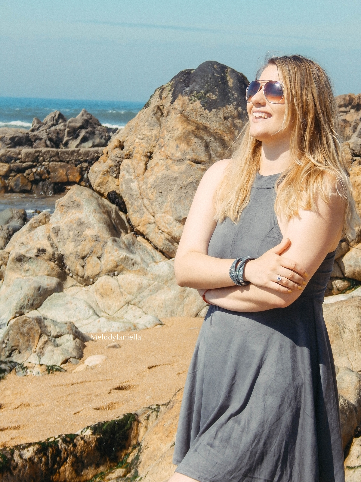 4 stylizacja porto portugalskie plaże co zobaczyć w portugalii szara sukienka sznurowana na plecach sukienka z zamszu szare sukienki sznurowania jaka sukienka dla blondynek mini szare espadryle biżuteria