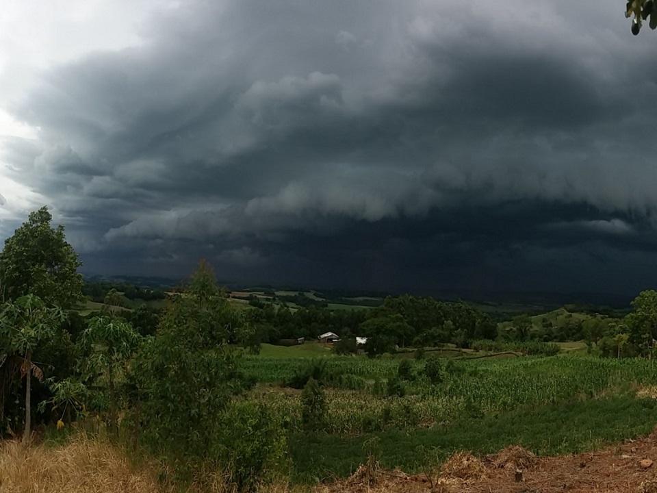 Chove forte em Malhada de Pedras e região circunvizinha nesta manhã de domingo (26)