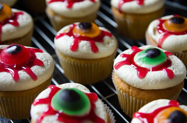 Кошмарное меню на Хэллоуин или Кухня ведьмы (выпечка), Хэллоуин, блюда на Хэллоуин, рецепты на Хэллоуин, праздничные блюда, оформление блюд на Хэллоуин, праздничный стол на Хэллоуин, блюда-монстры, меренги, безе, сладости, сладости на Хэллоуин, десерты на Хэллоуин, блюда мз яиц, блюда из белков, печенье на Хэллоуин, торты на Хэллоуин, пирожные на Хэллоуин, пицца на Хэллоуин, выпечка на Хэллоуин, Колдовские украшения кексов выпечка на хэллоуин http://prazdnichnymir.ru/