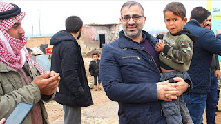 طنّان من الشاورما التركية على موائد المحتاجين في إدلب