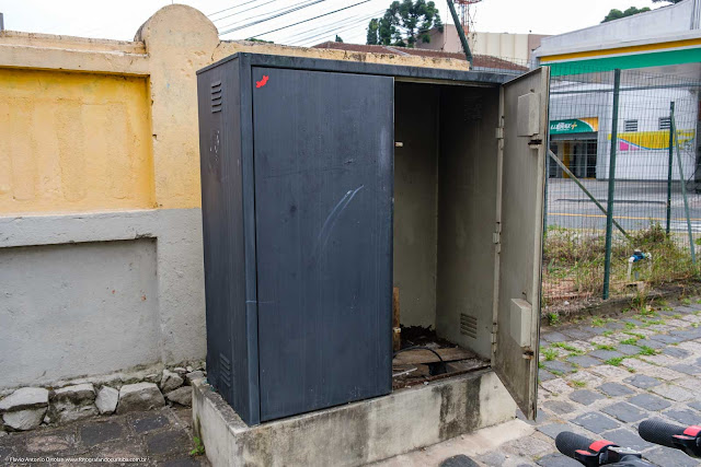 Armário de comunicação abandonado.